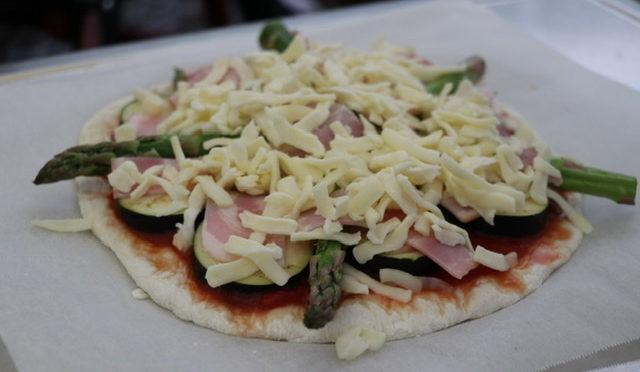 「キャンプ飯」ダッチオーブン 夏野菜ピザ